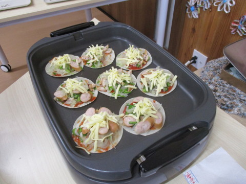 チャレンジド岩ケ崎 餃子の皮でピザ作り