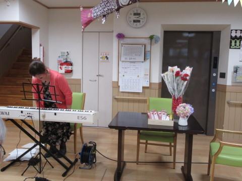 七つの森デイサービス 「母の日イベント&ピアノ演奏会」